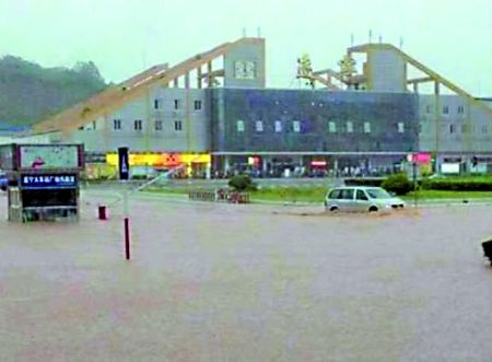 遂宁火车站站前广场被淹