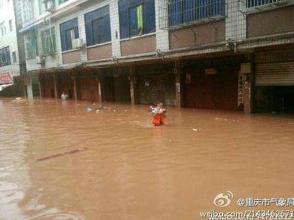 潼南柏梓,洪水快要淹到二楼。
