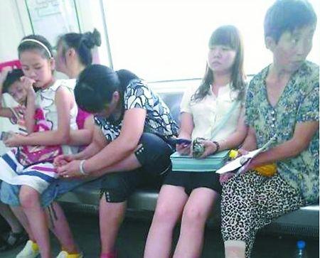 乘客在轻轨上抠脚