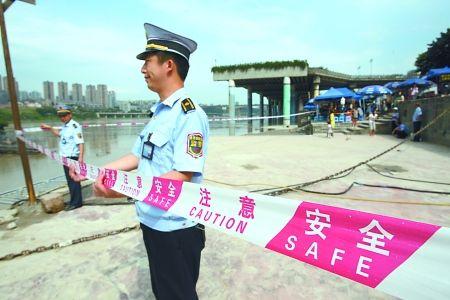 昨日,磁器口,靠近江边的地方拉起了警戒线。 记者 唐浩 摄