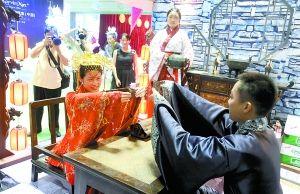 一酒楼员工穿上汉服,展示中式传统婚礼