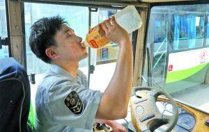 昨日,没有空调的普通公交车驾驶室温度高达40多摄氏度,李达彬一趟车跑下来,要喝上一大瓶水。