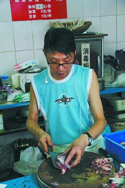 """""""小眼镜""""蒋树林正在厨房忙碌"""