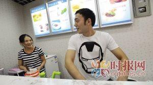 沙坪坝,孙伟和男朋友王梦超在27平米酸奶店里,实现他们的创业梦想