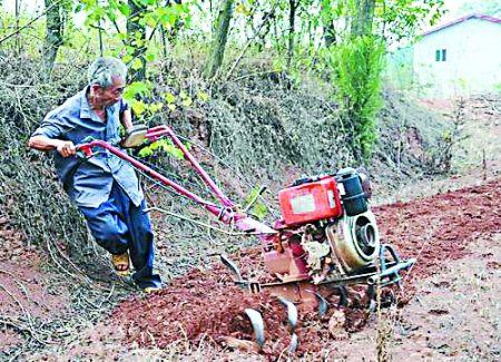 吴恒忠操作农业机械在地里劳作
