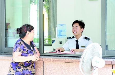 昨日,渝中区雍江苑小区,崔继康(右)面带微笑地帮业主们解决问题。