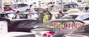 南岸区六公里,消费者在二手车商的带领下选购二手车