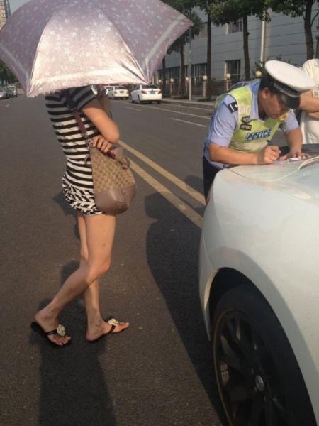 警察对车主开罚单