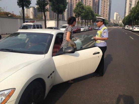 警察对车主进行批评教育