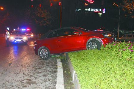 轿跑车撞上花台 通讯员 印心 记者 张路桥 摄