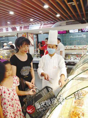 超市厨房的厨师在向顾客推荐菜品