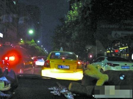 """牌照为""""渝AT8888""""的出租车 网友图"""