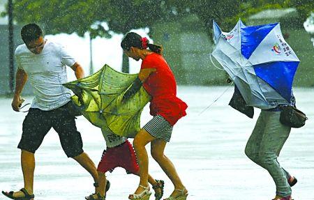 香港街头市民顶风冒雨、艰难前行。