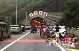 被堵在白云隧道口的市民等待疏通 市民邬女士供图