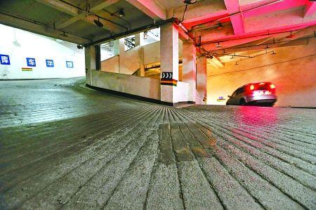 进入沙坪坝区煌华新纪元车库要连转五圈