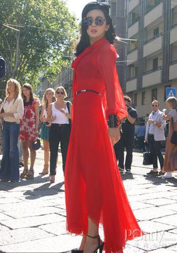 杨幂身穿Gucci红色礼服亮相2012春夏米兰时装周Gucci女装秀场-看秀图片