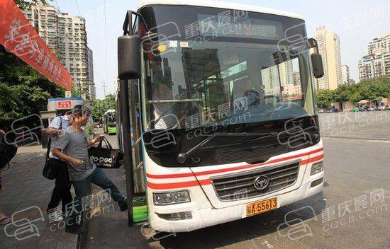 昨日,红旗河沟枢纽站,128路公交车准备出发。重庆晨报记者 高科 摄
