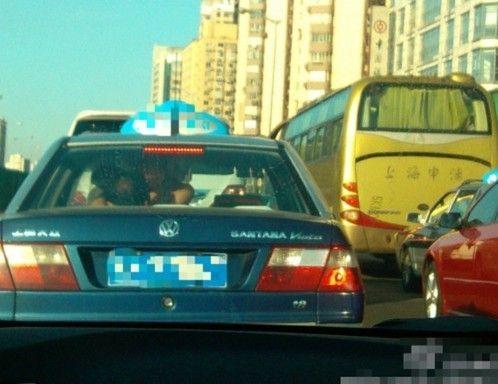 一对男女出租车内脱衣玩车震 出租车司机淡定开车
