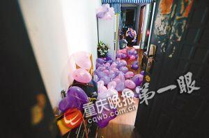 女孩为了男友生日,将房间布置得非常浪漫