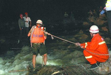 消防官兵在营救被困工人 通讯员 张国伟 记者 张路桥 摄