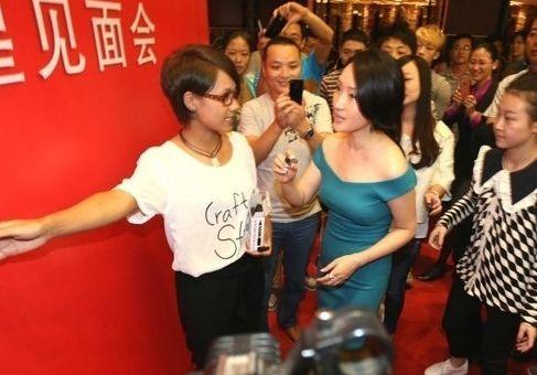 杨钰莹胸部下垂身材发福一字领性感美裙亮相