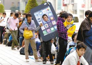 早上天不亮果粉们提着凳子在南坪电信营业厅门前排队买iphone5S/C