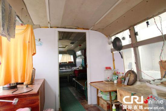 房车内部空间不大,但功能齐全:杂物间,厨房,客厅,卧室排列紧凑.