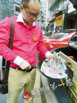 王江的另类乞讨引来市民质疑