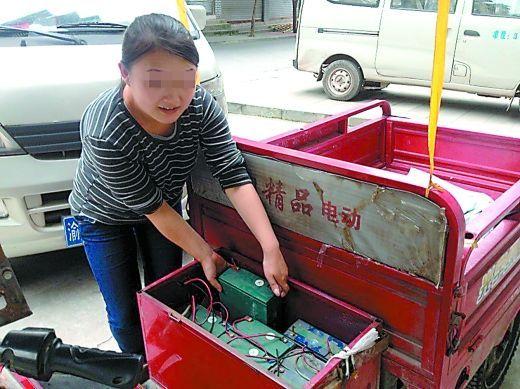 敖娟到门市时,三轮车里的10个电瓶只剩下了8个。