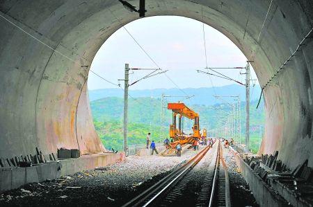 建设中的渝利铁路  新华社 图
