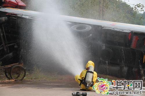 官兵换上防护服,对泄漏甲醛进行稀释 石柱消防供图
