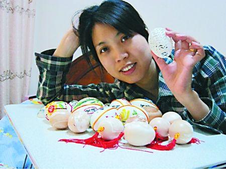 郑小莉和她的作品 受访者供图