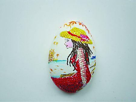 蛋壳上用针线绣成的美女