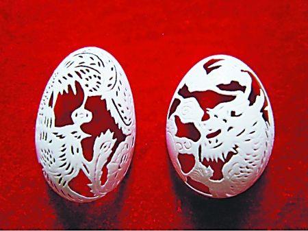 """蛋壳镂空而成的""""龙凤呈祥"""""""