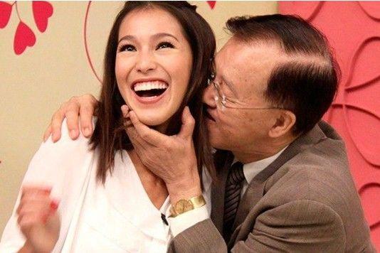 据台湾媒体报道,73岁的盛竹如15日带着《爱情ATM》剧中的小三Akemi,上民视《美凤有约》做菜。主持人陈美凤讽刺说:盛哥自从割了胆之后越来越大胆,还带小三,真是临老入花丛。甚至在节目中上演强吻秀,令他笑说:不虚此行,因为现场有两位美女相伴。盛竹如虽然在戏中演富商包养小三,但他表示,这辈子大概没办法包养小三,不过戏中满足了我的幻想。  [1] [2]