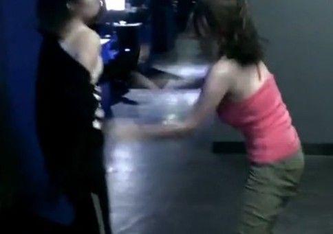 两美女半裸互殴露双乳