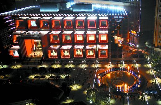 """昨日,国泰艺术中心和国泰广场上的""""火喷泉"""""""