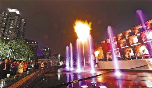 """10月28日,渝中区国泰广场,市民们正在观看有""""火""""的喷泉"""