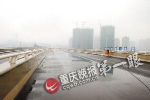 渝北回兴,一段连接机场专用快速通道的辅路已具雏形。