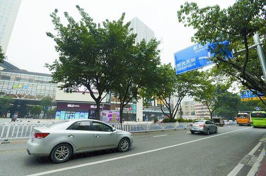 石油路龙湖时代天街处新增设左转弯路口,车辆可直接进入龙湖时代天街