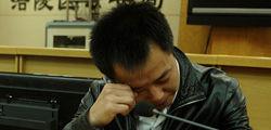 蒋卫红的同事正在讲述抓捕情况