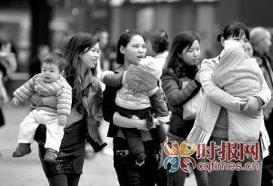 解放碑步行街,几位母亲带着各自的宝宝漫步街头