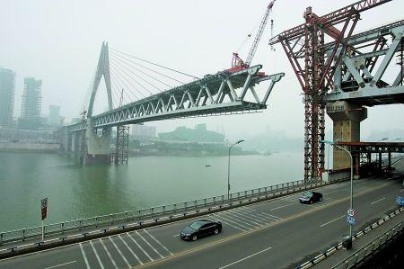 昨日,建设中的千厮门嘉陵江大桥。 记者 邹飞 摄