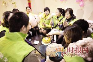 昨日,江北区,志愿者们到恩恩家中为他过一岁的生日