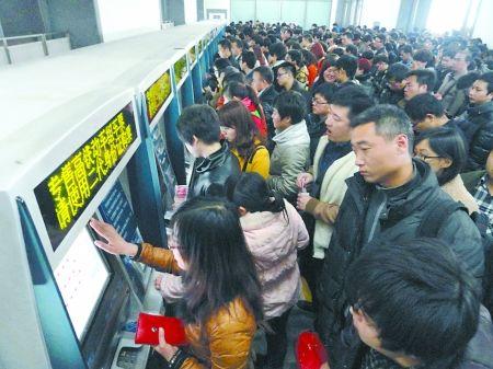 旅客在苏州火车站自动售票机上购买火车票  新华社 图