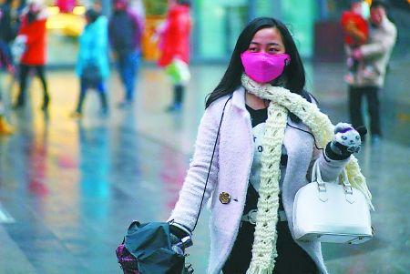 昨日,渝中区,走在街头的市民穿得很保暖