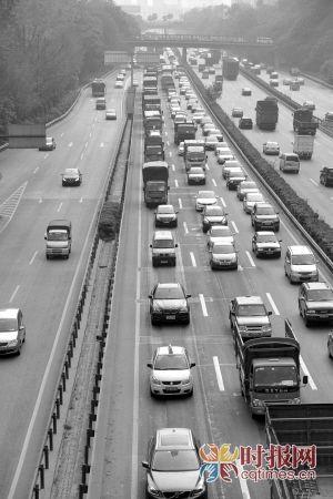 去年国庆长假结束,沙坪坝杨公桥,返程高峰车辆排起长龙