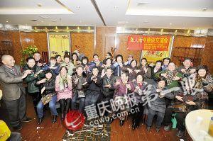 聚会的聋哑人用手语打出新年快乐
