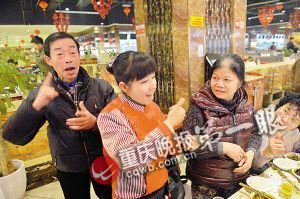 聋哑服务员用手语和客人交流
