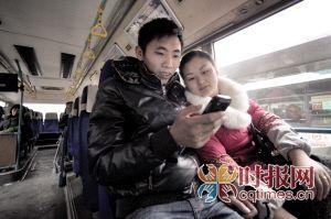 昨日,南坪公交车枢纽站,市民在364公交车上享受免费WiFi